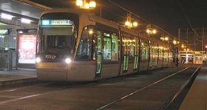 Complètement à l'ouest , un homme vole un tram et se retrouve bloqué au terminus.